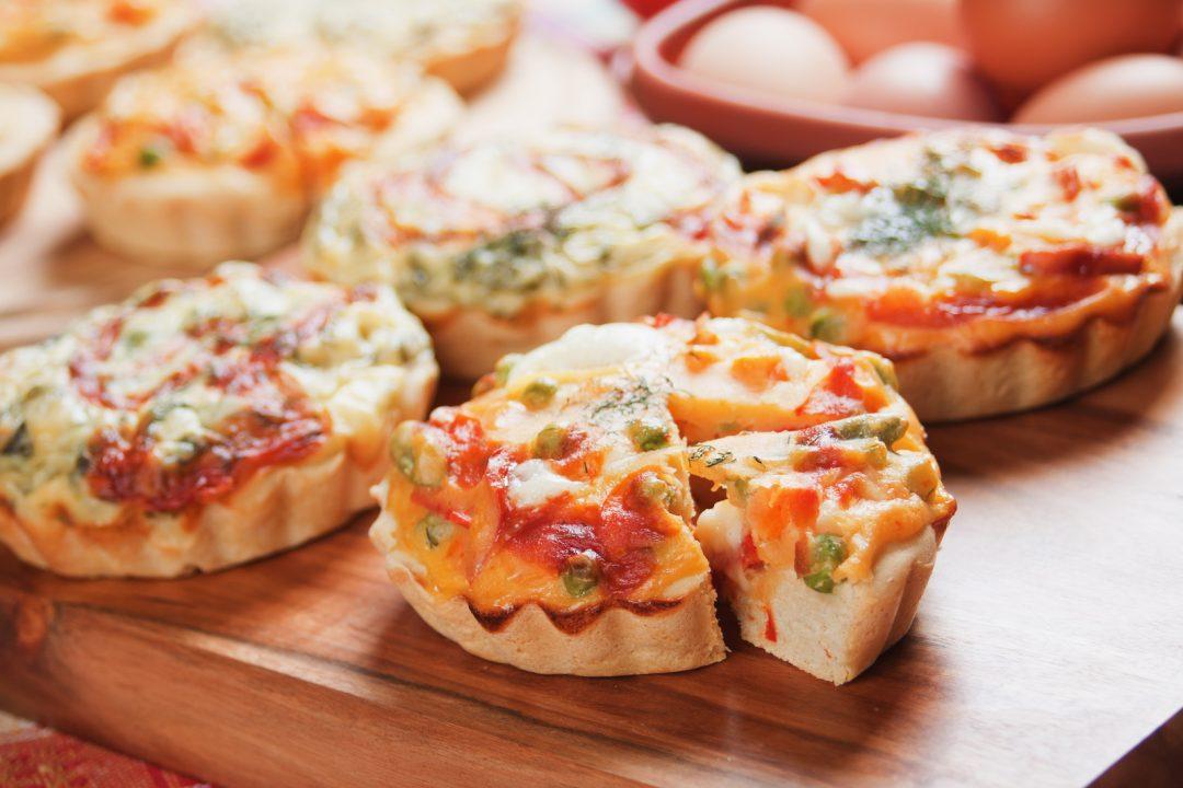 Mini quiches: une idée simple et efficace pour un buffet de mariage ou brunch du lendemain.