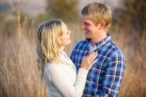 jeune couple se regardant dans les yeux avec un regard amoureux mariage