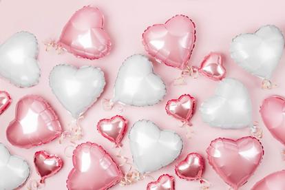 Des jolies décorations avec des ballons en coeur et ficelles