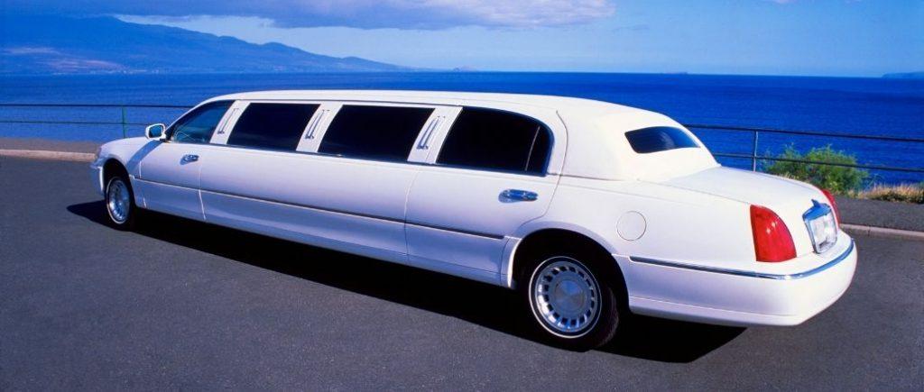 Limousine De Mariage Au Bord De La Mer