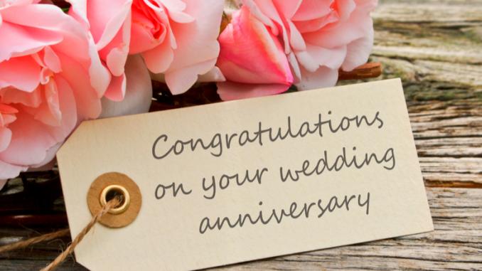 Papier marqué bon anniversaire de mariage avec rose