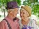 Couple âgé amoureux portant chapeaux