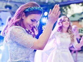 Bien Animer Son Mariage Femme Qui Danse Mariée En Second Plan