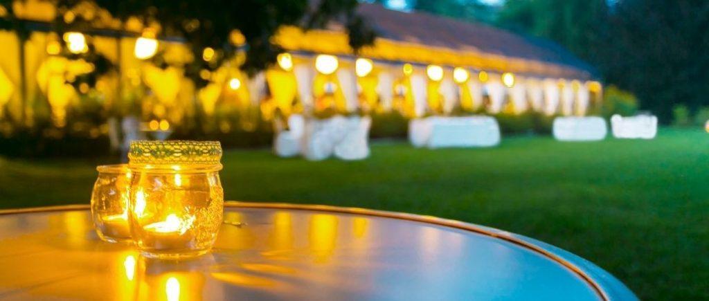 Bougies Posées Sur Une Table Et Jardin Dans Le Fond