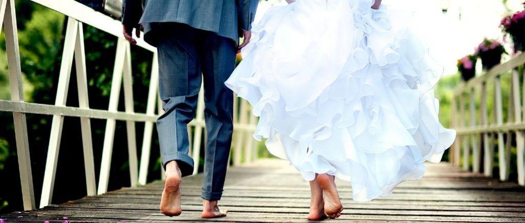 Couple De Mariés Pieds Nus Sur Un Pont Photo Du Bas De Leur Corps