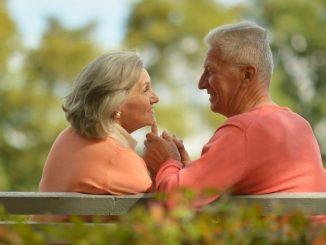 Couple De Personnes Âgées Assises Sur Un Banc Dans Un Parc