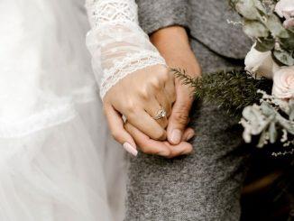 Couple Marié Qui Se Tient La Main Et Bouquet De Fleurs