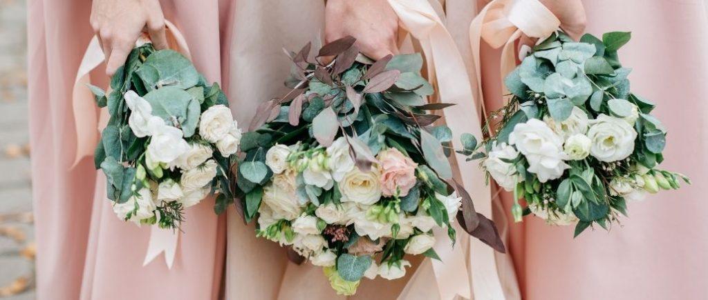 Demoiselles Dhonneur Qui Tiennent Leur Bouquet