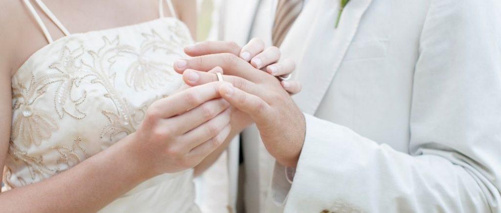 Échange Des Alliances Entre Deux Époux Plan Sur Les Mains