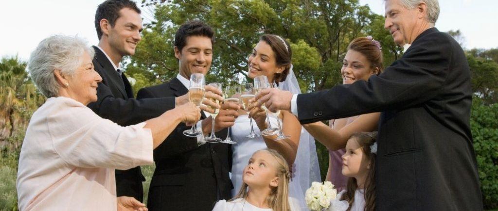 Famille Qui Trinque À La Santé Des Mariés