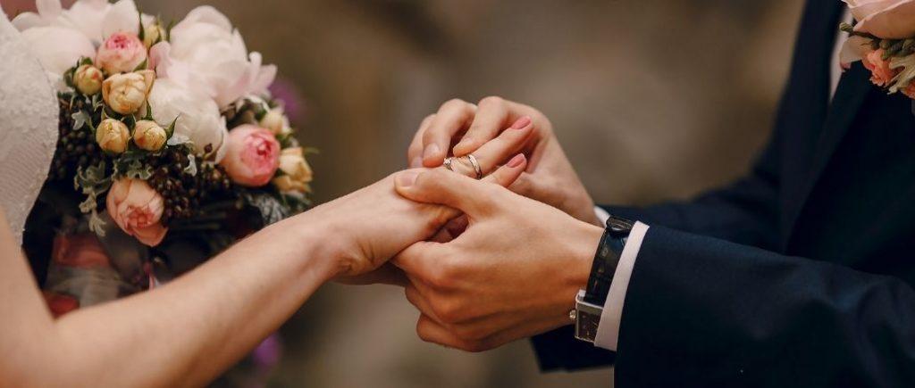 Jour J Mariage Passage De Lalliance Sur La Main De La Femme