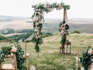 Lieu De Cérémonie De Mariage Arche Fleurie En Haut Des Collines
