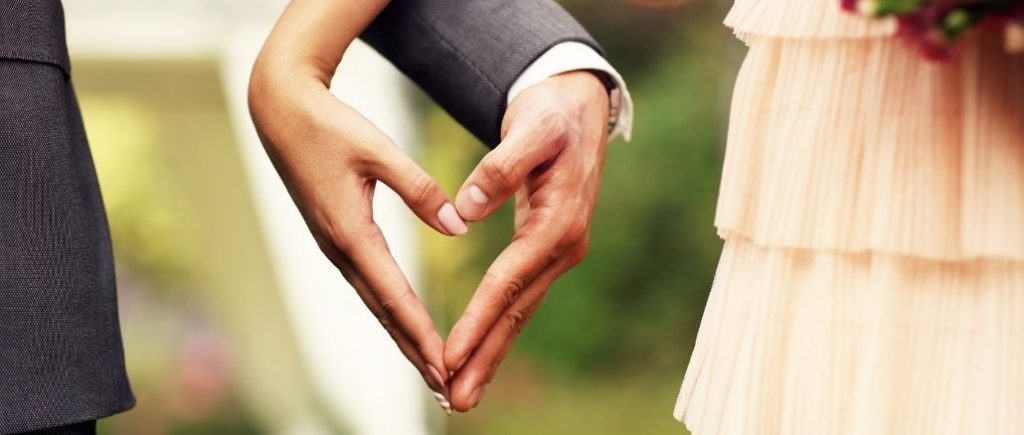 Main Des Mariés Qui Forment Un Coeur