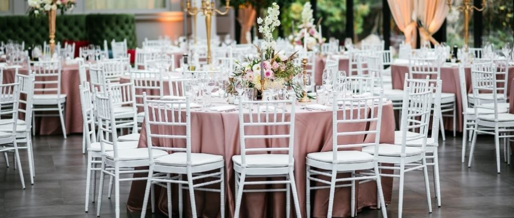Mariage Luxe Grande Salle Nappe Roses Et Chaises Blanches