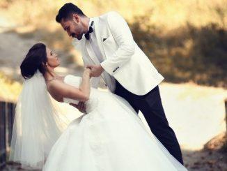 Marié Qui Regarde Amoureusement La Mariée Qu'il Tient À La Renverse