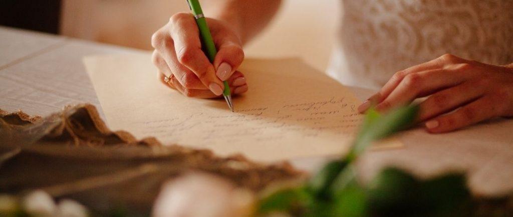 Mariée Qui Écrit Sur Un Papier Avec Un Stylo Vert