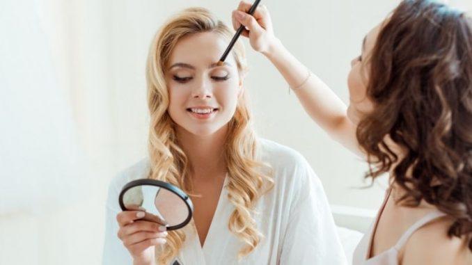 Mariée Qui Se Fait Maquiller Et Se Regarde Dans Un Miroir De Poche
