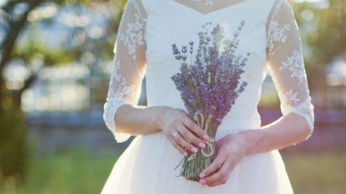 Mariée Qui Tient Un Bouquet De Lavande