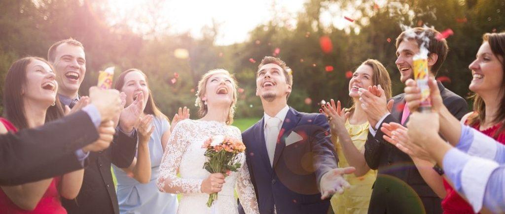 Mariés Et Invités Heureux Qui Font Sauter Des Confettis