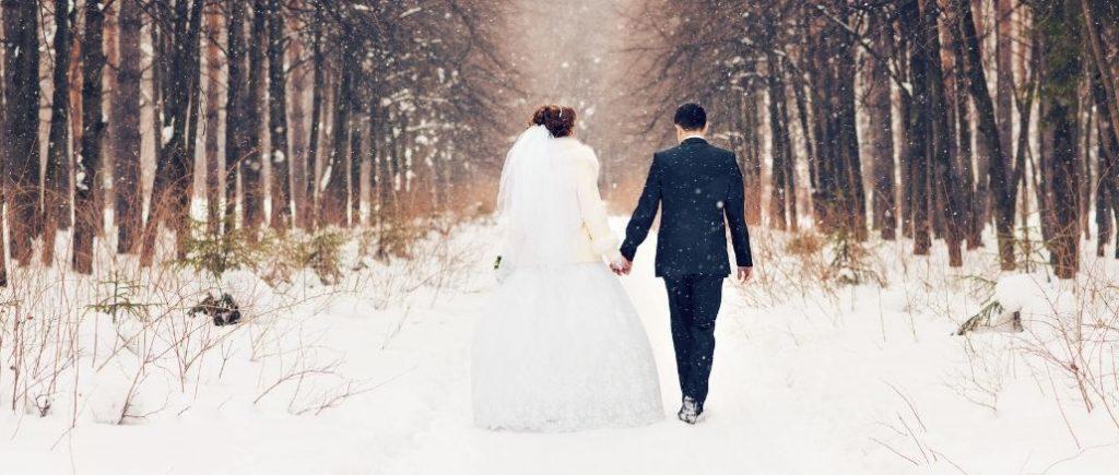 Mariés Qui Marchent De Dos Dans La Neige
