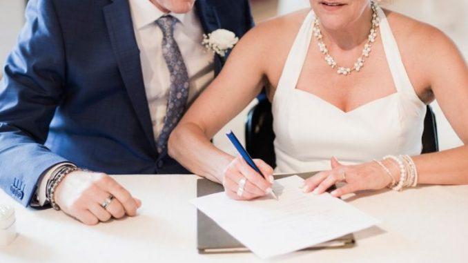 Mariés Qui Signent Les Papiers Du Mariage