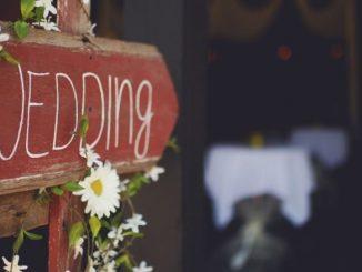 Pancarte En Bois Avec Des Fleurs Et Inscription Wedding