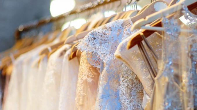 Portant Rempli De Robes De Mariée