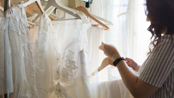 Robes De Mariée Bohèmes Et Femme Qui Les Retouche