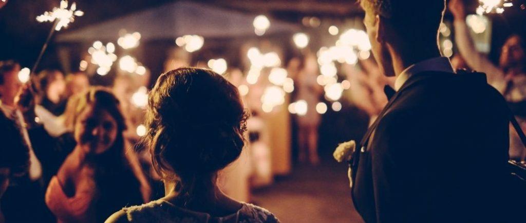 Soirée De Mariage Invités Avec Des Batons Lumineux