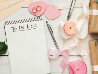 To Do List De Mariage Avec Des Fleurs Des Paquets Et Les Alliances